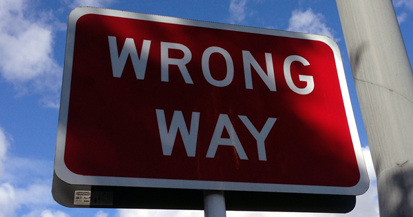 wrong way sign symbolizing call center knowledge management pitfalls